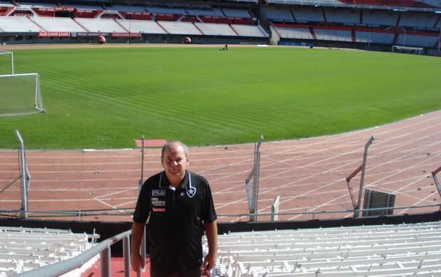 Fernando França, que hoje dá nome ao estádio do River-SE, no Monumental de Nuñez (Foto: Arquivo Pessoal)