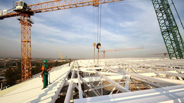 OAS começa a colocar telhado da cobertura da Arena (Foto: Juliano Kracker / Divulgação)