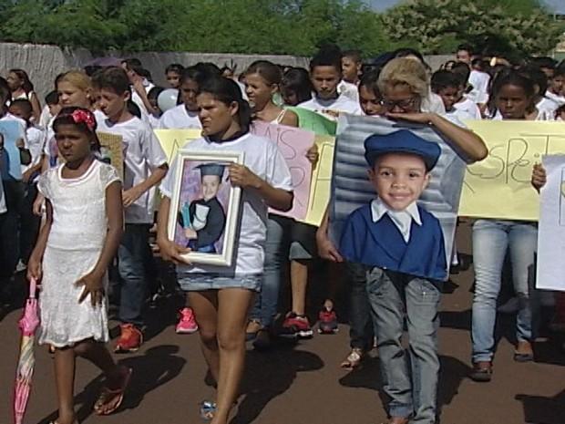 Passeta pela paz foi realizada por familiares e amigos do garoto, morto após ação policial (Foto: Reprodução/TV Integração)