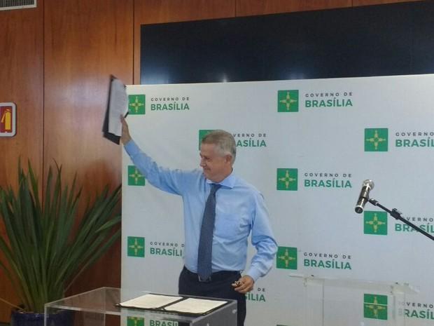 O governador do DF, Rodrigo Rollemberg, durante assinatura do projeto da Lei Orgânica da Cultura (Foto: Elielton Lopes/G1)