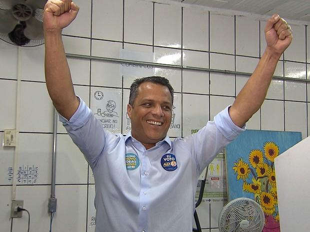 Candidato Alex de Freitas (PSDB) vota em Contagem (Foto: Reprodução/TV Globo)
