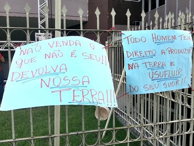 Cartazes exibidos durante manifestações (Foto: Thaís Pucci/ G1)