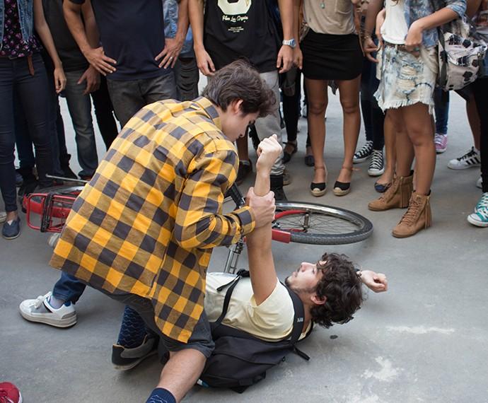 Rodrigo não deixa Luan fugir (Foto: Bruno Cavalieri/Gshow)