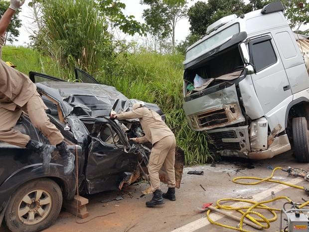 Motorista e passageiro da camionete morreram na hora da batida (Foto: Pâmela Fernandes/G1)