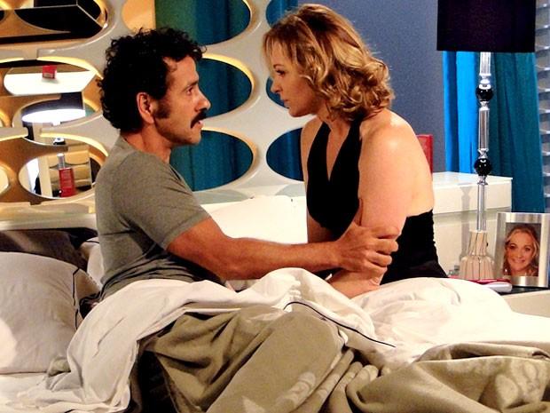 Sônia tem mais um sonho bem quente com Sandro (Foto: Cheias de Charme / TV Globo)