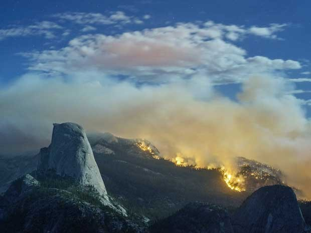 Incêndio consome floresta do Parque Yosemite. (Foto: www.michaelfrye.com / Via AP Photo)