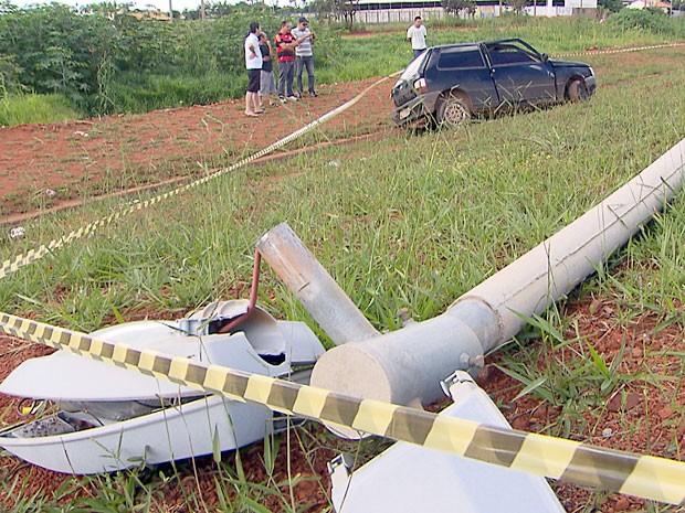 Poste atingido pelo carro no Balão do Periquito, no Gama, ficou destruído (Foto: TV Globo / Reprodução)
