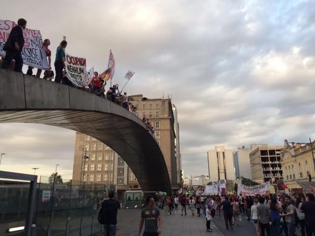 Grupo protesta em frente ao Mercado Público de Porto Alegre (Foto: Fábio Almeida/RBS TV)