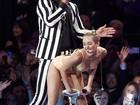 Miley Cyrus faz performance sexy no VMA e tira casquinha de Robin Thicke
