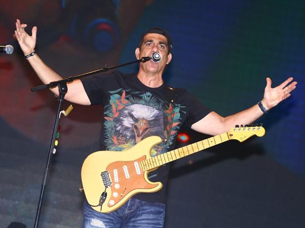 G1 - Durval Lélys lança música sobre futebol no Axé Brasil f8f2d185d2694