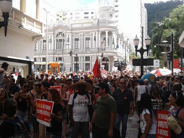 Passeata seguiu pelo Calçadão da Rua Halfeld, em Juiz de Fora (Foto: Roberta Oliveira/G1)
