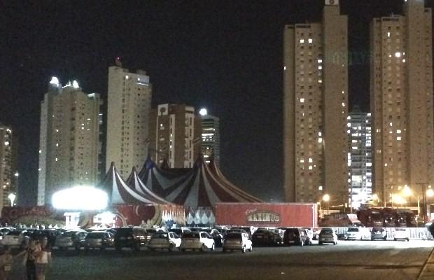 Pilotos se machucam durante apresentação no globo da morte do Circo Maximus, em Goiânia (Foto: Cassiano Rolim/ TV Anhanguera)
