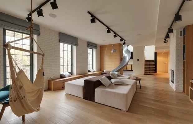 O apartamento foi decorado com cores neutras, como o cinza e o branco, que conversam perfeitamente com a madeira carvalho (Foto: Ki Design)
