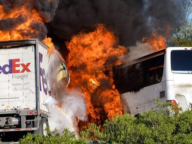 Acidente com ônibus escolar, carro e caminhão deixa mortos nos EUA Estudantes do ensino médio voltavam de jornada em Los Angeles (Foto: Jeremy Lockett/AP)