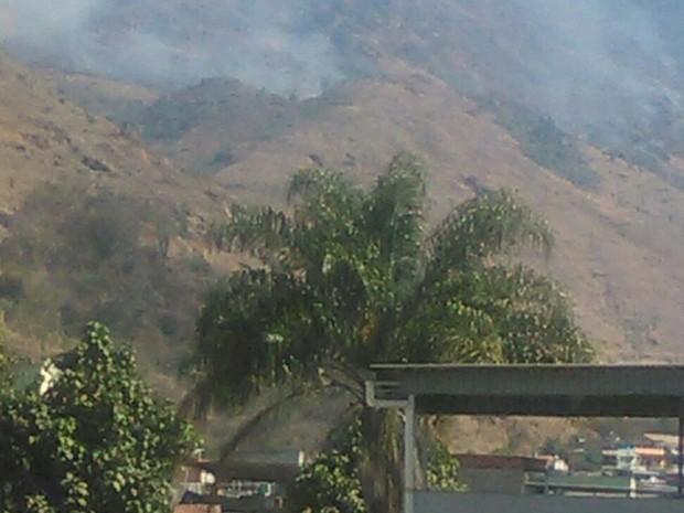 Incêndio atinge área de proteção ambiental Parque da Pedra Branca (Foto: Henrique André)
