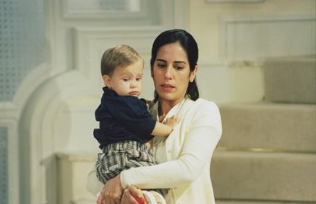 A atriz com o bebê Théo na novela 'Anjo mau' Divulgação