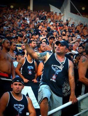 Rômulo (ao centro) durante jogo do Corinthians no Pacaembu (Foto: Erika Papangelacos)