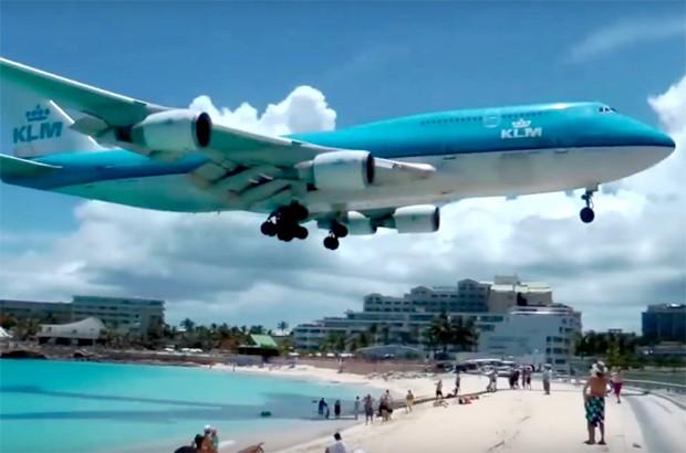 Avião passa a poucos metros da cabeça dos turistas em aeroporto do Caribe (Foto: Reprodução / YouTube)