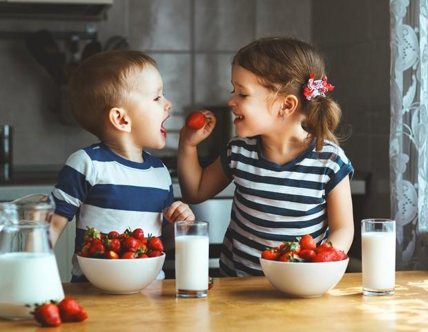 crianças comendo morango (Foto: thinkstock)
