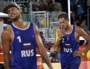 Konstantin Semenov lamenta vôlei de praia Rússia (Foto: REUTERS/Adrees Latif)