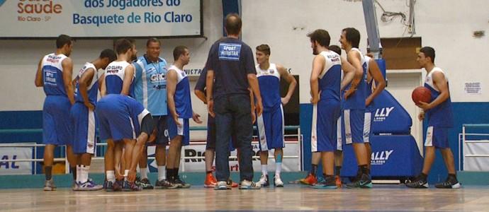 Treino do time de basquete do Rio Claro-SP (Foto: Cesar Fontenelle/EPTV)