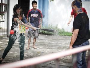 Aluna brinca de beisebol com bexiga d'água durante trote na USP (Foto: Caio Kenji/G1)