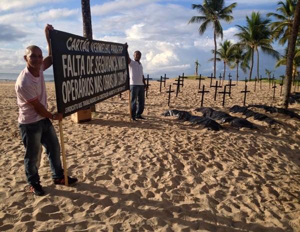 Com faixas e panfletos, operários protestam em praia na Zona Sul do Recife (Foto: Kety Marinho/TV Globo)