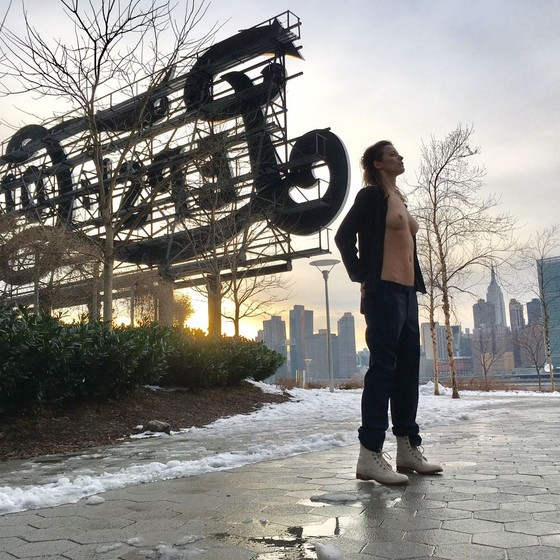 Flavia Lucini encarou um frio de seis graus nas ruas de Nova York, onde fez topless (Foto: Divulgação)