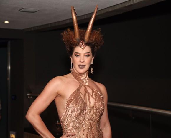 """Claudia Raia chega com filho ao Baile da Vogue: """"O Enzo sempre quer tapar minhas fendas"""""""