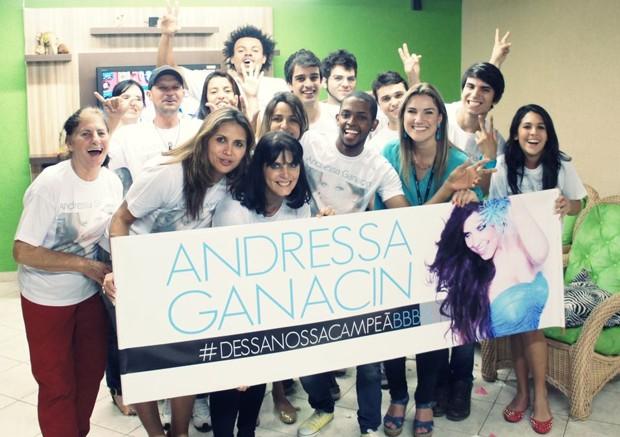 Amigos de Andressa mobilizam redes sociais. Rodrigo aparece na foto, ao fundo (Foto: Reprodução/Facebook)