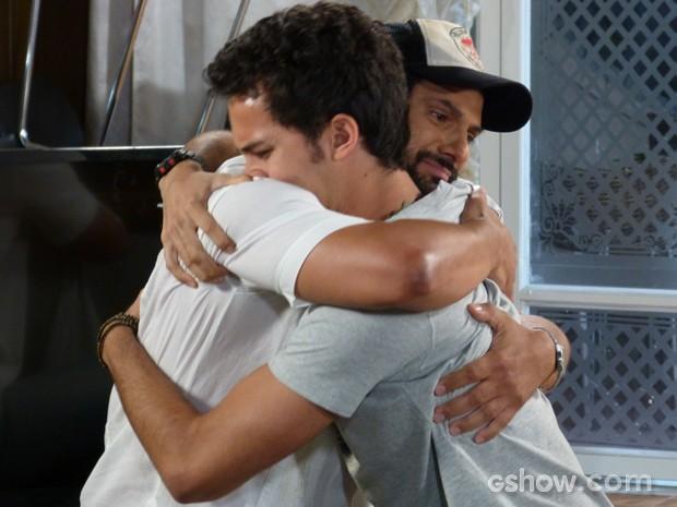 Hernandez desiste de fugir  (Foto: Malhação / TV Globo)