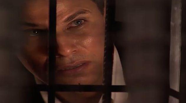 Henrique diz a ngela que a ajudar a sair da cadeia se ela lhe disser quem a est chantageando (Foto: Reproduo/viva)