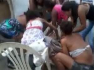 Mulheres realizam parto no meio da rua em São Vicente, SP (Foto: Reprodução/TV Tribuna)
