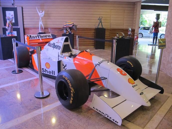 Réplica da McLaren de Ayrton Senna exposta em hotel de SP (Foto: Felipe Siqueira)