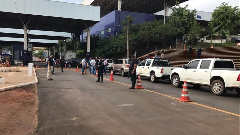 A advogada expulsa do Paraguai foi entregue à polícia brasileira na aduana da Ponte da Amizade, na fronteira com Foz do Iguaçu (PR) (Foto: Marcon Landim/RPC)