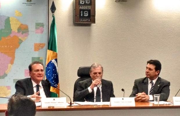 Renan Calheiros (esq.) participa de reunião que aprovou projeto em comissão (Foto: Laís Agretti/G1)