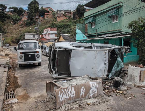 Barreira montada por traficantes no complexo do Chapadão (Foto:  Andre Arruda/ÉPOCA)