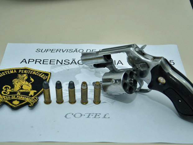 Revólver calibre 38 com cinco munições foi encontrado no Cotel (Foto: Fernando Portto/SJDH/Divulgação)