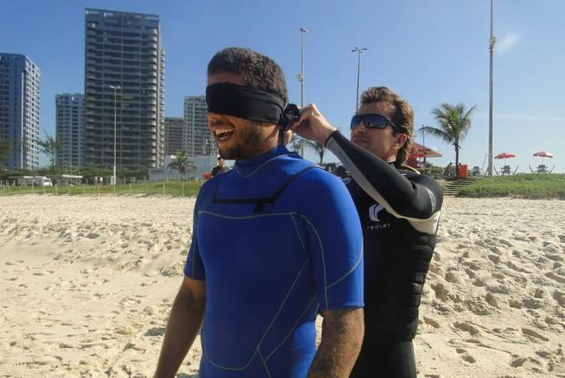 Pedro Scooby se prepara para surfar de olhos vendados (Foto: Caldeirão do Huck/ TV Globo)