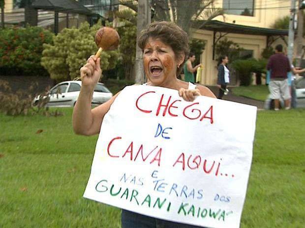 Grupo em Ribeirão Preto demonstrou apoio aos índios guaranis-kaiowás (Foto: Paulo Souza/EPTV)