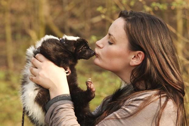 Hannah Haywood chega a beijar o animal chamado 'Einstein' (Foto: Laurentiu Garofeanu/Getty Images)