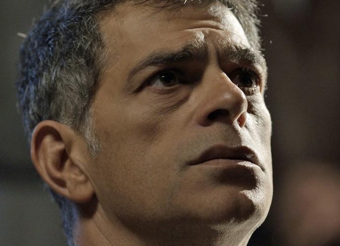 Orlando fica chocado com descoberta (Foto: TV Globo)
