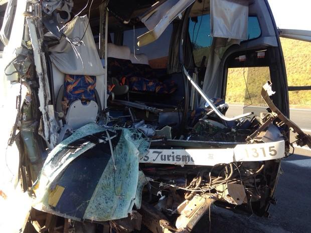 Frente do ônibus ficou totalmente destruída (Foto: Felipe Pugliese/ TV TEM)