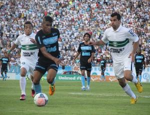 Weverton, do Londrina, disputa bola com Eltinho e Rafinha, do Coritiba  (Foto: Fernando Araújo)