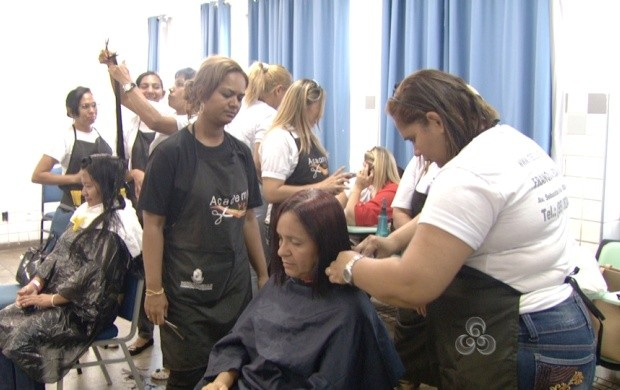 Maquiagem, corte de cabelo e massagem foram alguns dos serviços oferecidos no evento (Foto: Roraima TV)