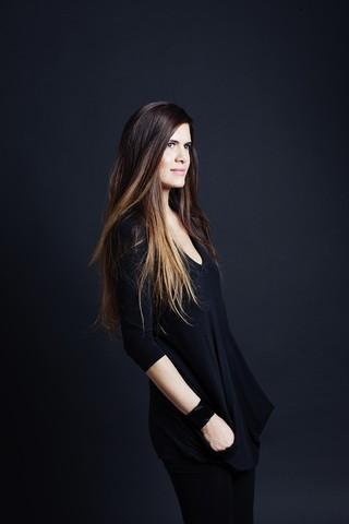 4f7039b8a702b Sucesso mundial, a estilista brasileira radicada na França traz para o país  suas poderosas camisas de alfaiataria e fala sobre moda e vida em família.