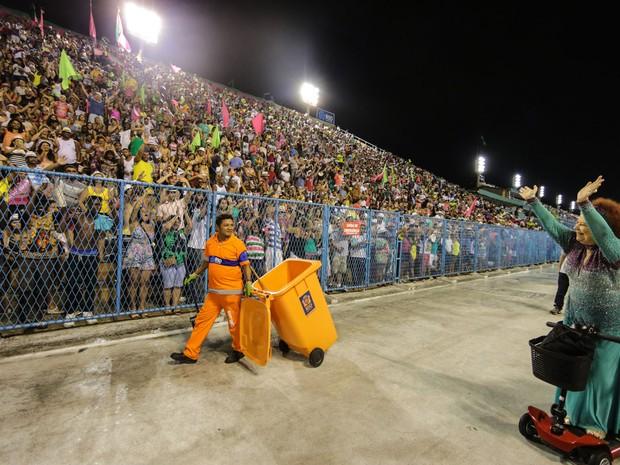 Beth Carvalho é ovacionada no setor 1, cheio de bandeiras da Mangueira (Foto: Rodrigo Gorosito / G1)