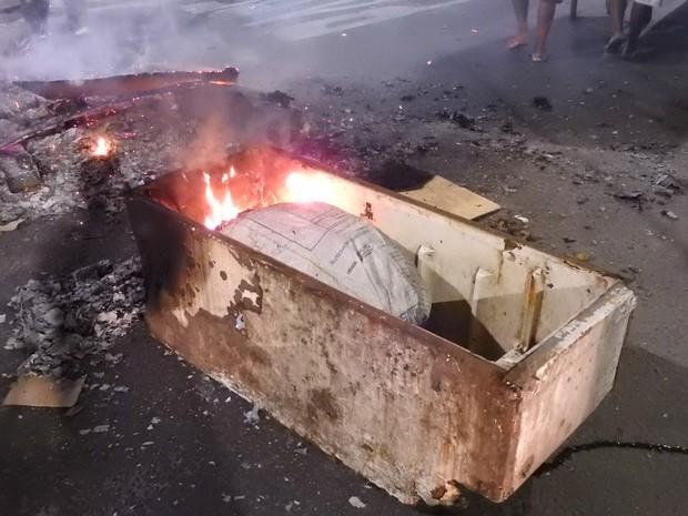 Manifestantes atearam fogo em objetos (Foto: Gabriel Machado/G1 AM)