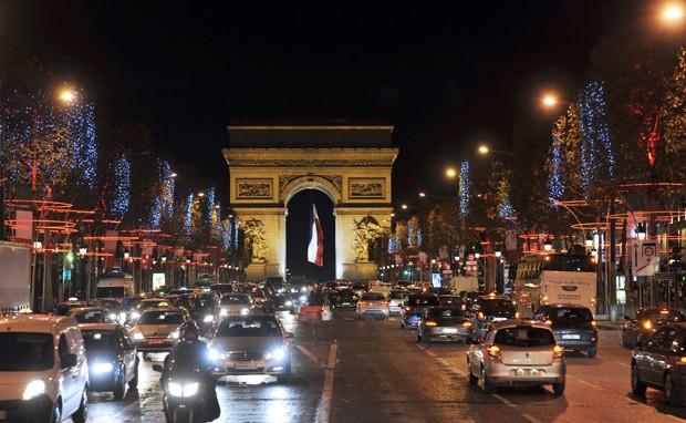 Movimentação na famosa avenida de Paris (Foto: Mehdi Fedouach/AFP)
