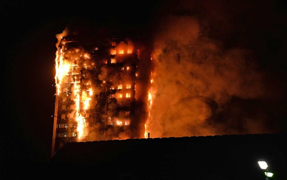 Outra imagem do incêndio feito por um morador da região (Foto: Giulio Thuburn/AFP)